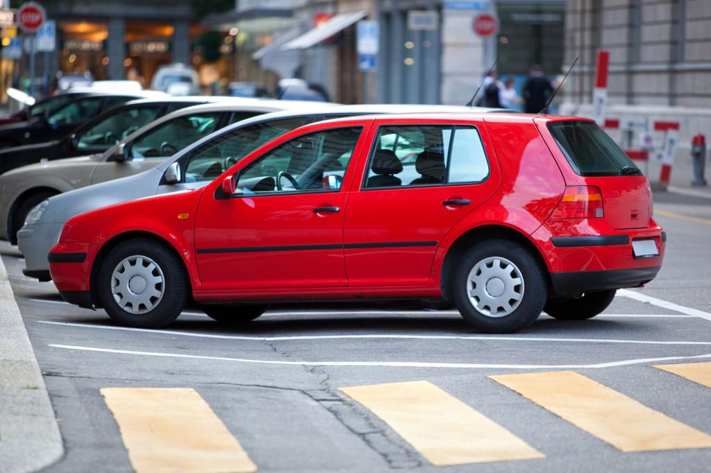 ярко красная машина